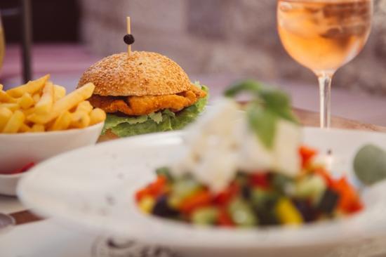 Central Park Club: Greek Salad & Chicken-burger