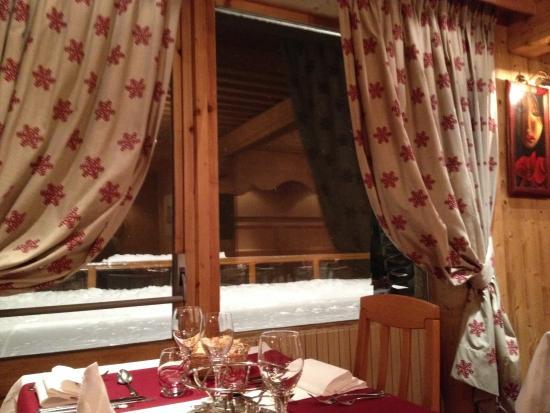 Hotel L'Ours Blanc : Vue sur la terrasse enneigée le soir