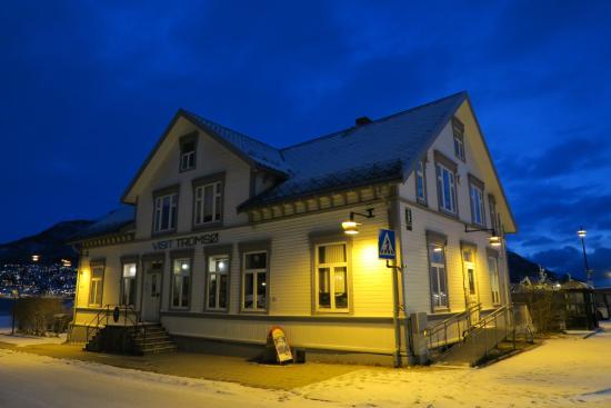 Aspecto exterior de la oficina de turismo de tromso for Oficina de turismo de noruega
