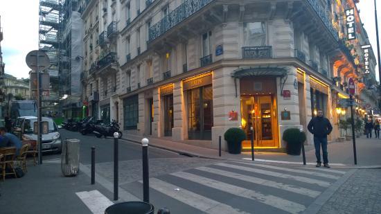 Hotel Quartier Latin: Frente del hotel.
