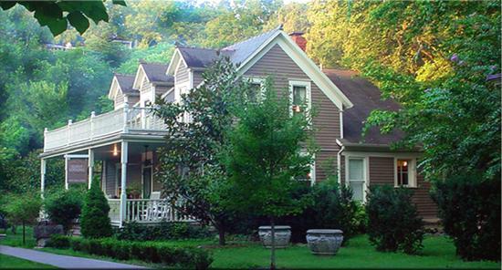 66 Center Street: 66 Guest House