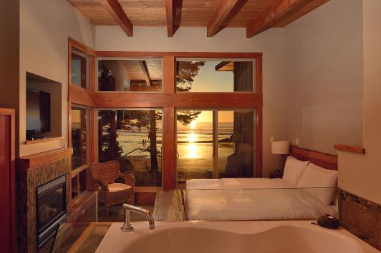 Pacific Sands Beach Resort: Beach House bedroom at sunset