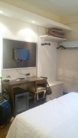 โรงแรม ลา กราเซีย: Pulito carino unico neo...arredamento della camera lascia un pò  a desiderare... bagno impeccabi