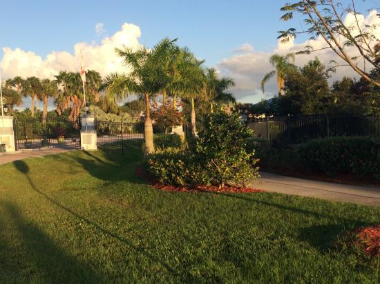 Silver Palms RV Resort: Manicured lawn and paver, patio sites