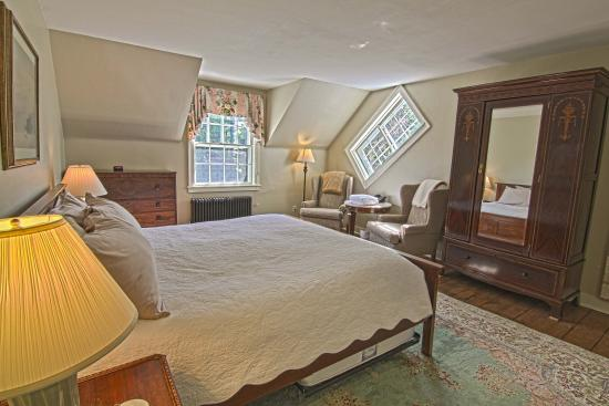 1824 House Inn: Our largest room, the Washington, is on the second floor and features a quaint Vermont-style dia