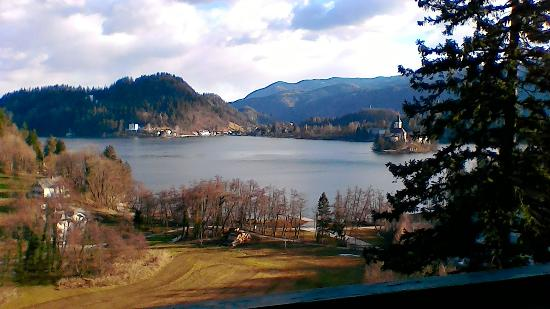 Hotel Triglav Bled: Vista del lago dal balcone della stanza