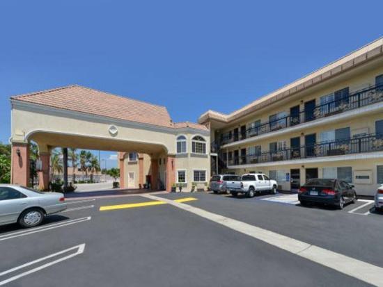 Americas Best Value Inn & Suites-El Monte/Los Angeles : Building View From Parking lot