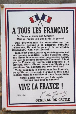 Benouville, France : Il manifesti di De Gaulle
