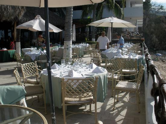Costa Sur Resort & Spa: Restaurant setup outside