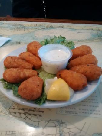 Ellenton, Флорида: Shrimp, potatoes, ff,slaw,Salmon ,and seafood poppers.
