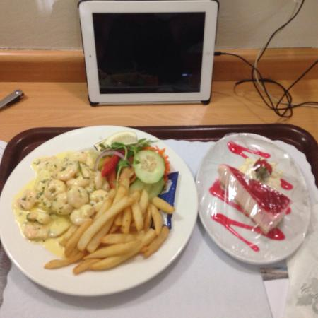 Flag Motor Lodge: Garlic prawns and strawberry cheesecake from the restaurant