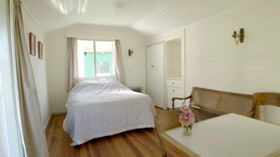 Te Aroha Holiday Park and Backpackers: Inside of Apple Cottage