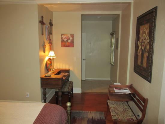 Hillcrest House Bed & Breakfast: Old Town Room Desks & Bathroom Access