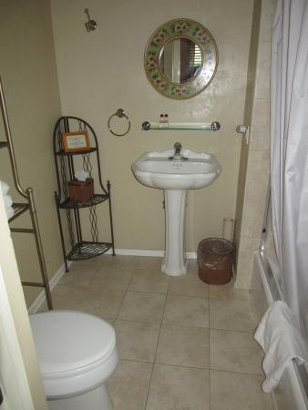 Hillcrest House Bed & Breakfast: Old Town Room Bathroom