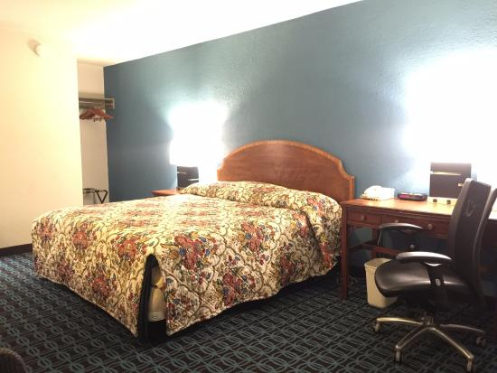 Americas Best Value Inn - Downtown / Midtown: King size bed