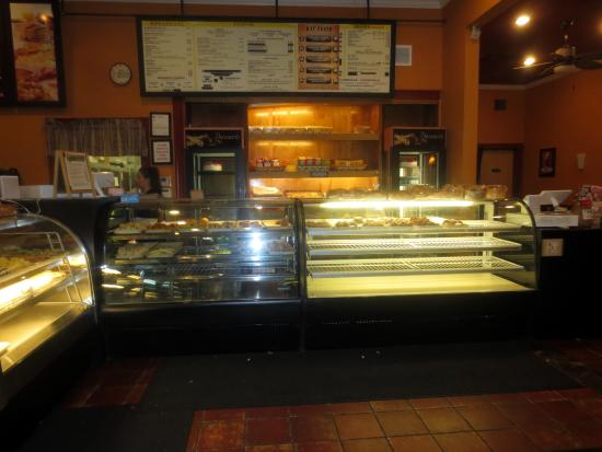 Everett, Μασαχουσέτη: This pix was taken about 30-min before closing...Bread & Co. is a local favorite.