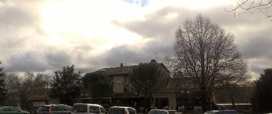 Cuq-Toulza, Francia: Une grande bâtisse devant un grand parking.