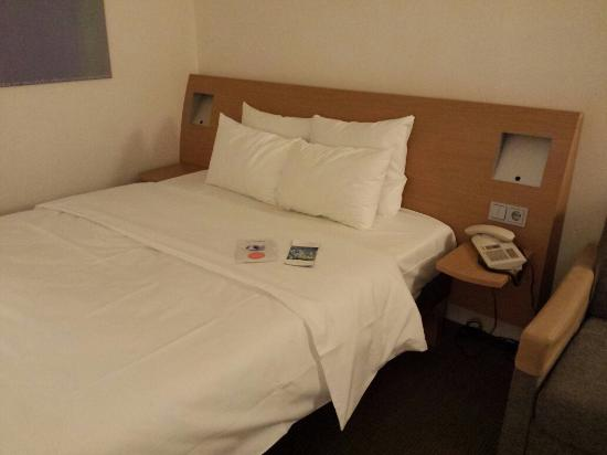 zimmer und kleine kaffeestation picture of novotel. Black Bedroom Furniture Sets. Home Design Ideas