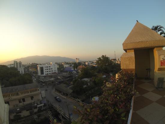 Duangtawan Hotel Chiang Mai: view from the pool
