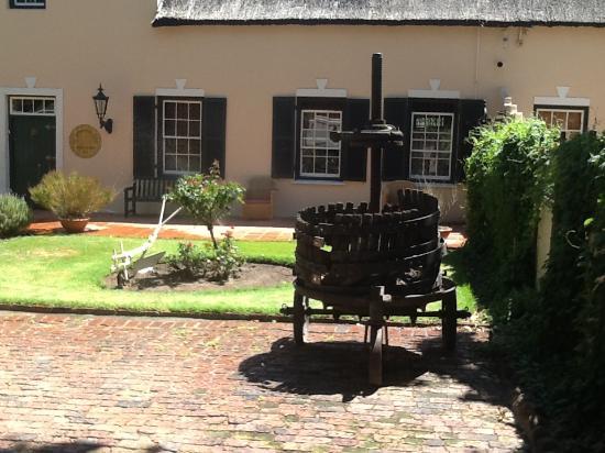De Leeuwenhof Hotel/Guesthouse: Original Dutch Cape buildings