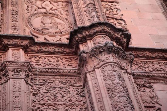La Rana de Salamanca: A Rã de Salamanca está exatamente no centro da foto, acima da cabeça da caveira.