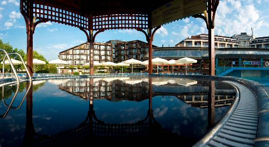 Hotel Ajda: Outdoor pool with black water