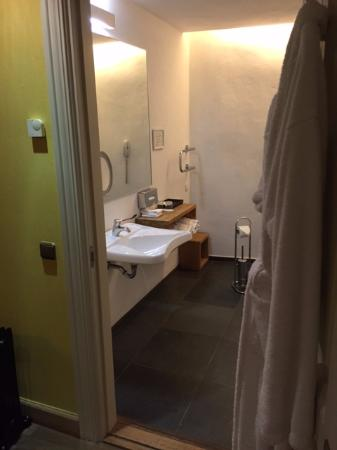 Three Sisters Hotel: Bathroom