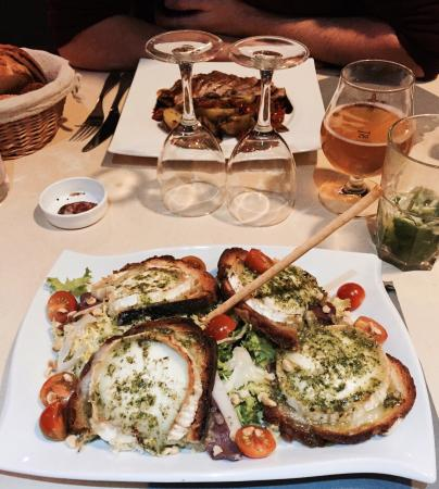 Malestroit, France : Grande salade chèvre, magret & noix. Au top !