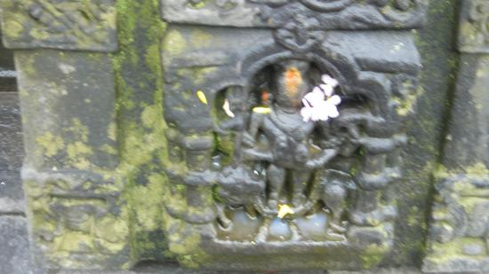 Gayatri Temple: sculpture in the wall of shiva temple