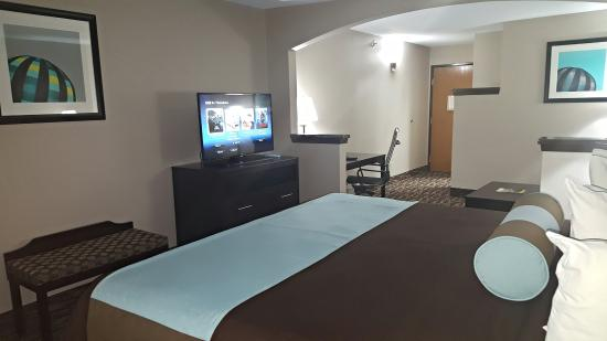 Magnuson Hotel Park Suites: One King Suite