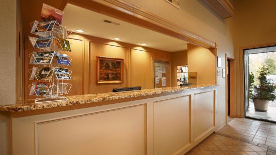 BEST WESTERN Inn at the Rogue: Reception Desk