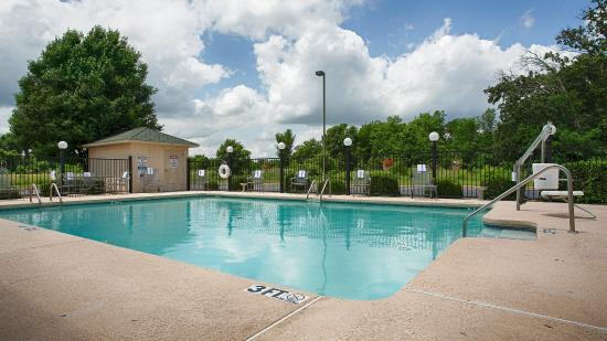 Neosho, MO: Relax and feel rejuvenated in our outdoor pool!