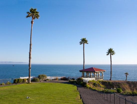 Shore Cliff Hotel: Indulge in the views from our oceanfront gazebos.