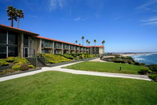BEST WESTERN PLUS Shore Cliff Lodge: Stroll through manicured lawns and enjoy the ocean