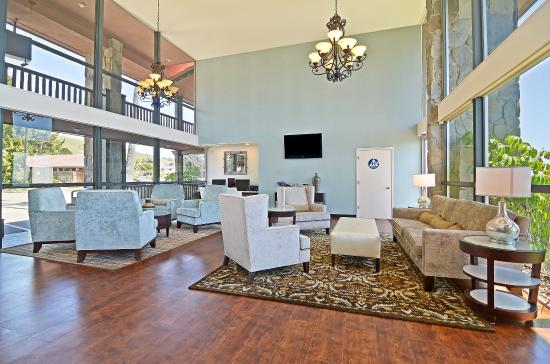 BEST WESTERN PLUS Shore Cliff Lodge: Enjoy comfortable seating in our hotel lobby.