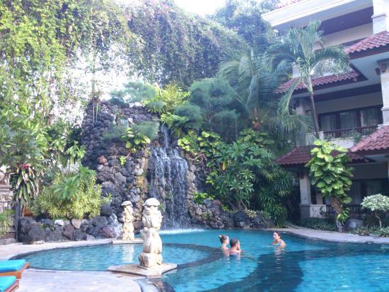 Parigata Resort & Spa: piscina con cascata cervicale!