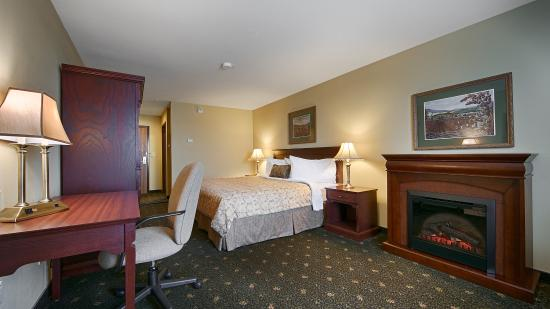 Grand Falls, Canada: Suite with a fireplace