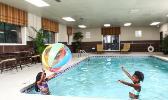 Holiday Inn Express Atlanta-Emory University Area: Having fun in the pool
