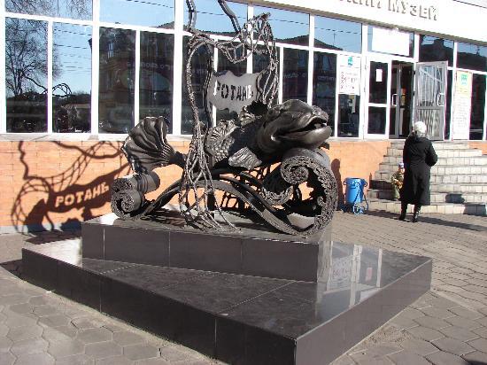 """Belogorsk, Russia: Скульптура черного ротана """"Головешки"""", выполнена в металле. Находится у краеведческого музея."""