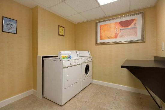 Hampton Inn & Suites Ft. Lauderdale Airport/South Cruise Port: Laundry Room