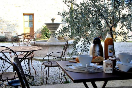 Allex, France: Petit déjeuner dans la cour du Mokuso