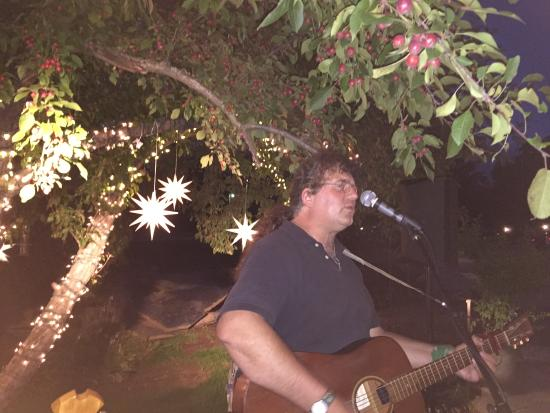 Nipper's Cafe & Steakhouse: Duane Carleton playing on the patio