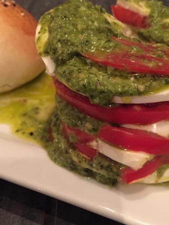 Nipper's Cafe & Steakhouse: Fresh basil, mozzarella, tomato with pesto