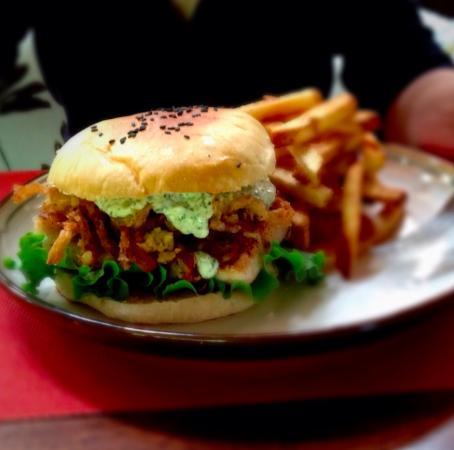 Ballena, Costa Rica: Fish burger with crispy onions and tartar sauce