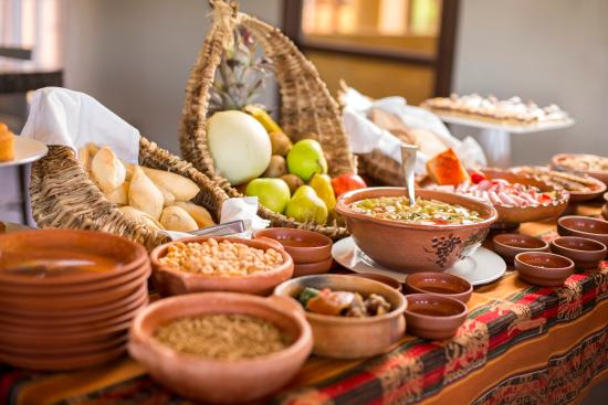 Grace Cafayate: Desayuno Calchaqui:Variedad de panificados, frutos secos, mermeladas caseras, fiambres, mate y m