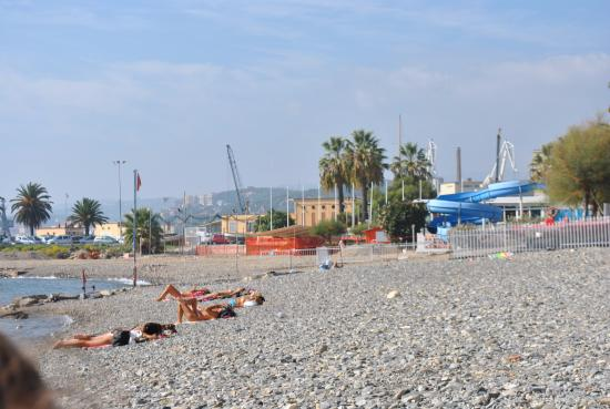 Getlstd property photo foto van oneglia beach imperia for Oneglia imperia