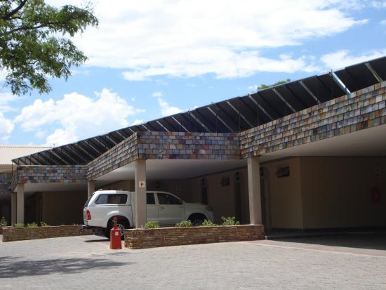 Safari Hotel: Der eigene Wagen steht vor dem Zimmer