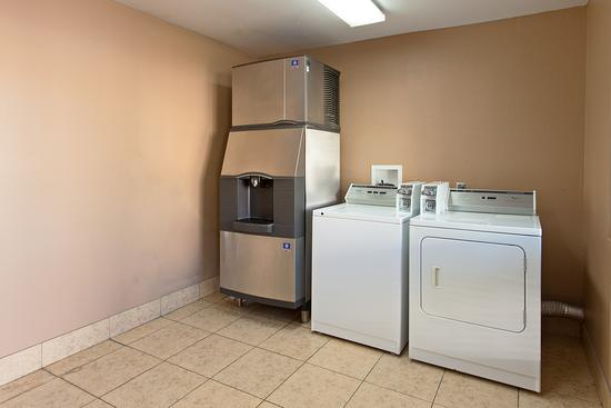 Ramada Temecula Old Town: Guest Laundry
