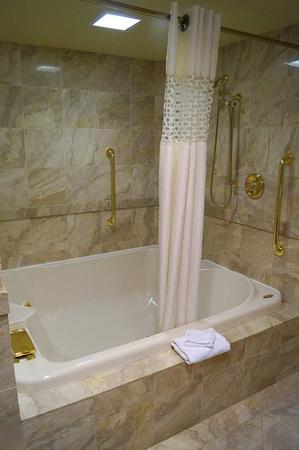Altoona, PA: King suite whirlpool tub