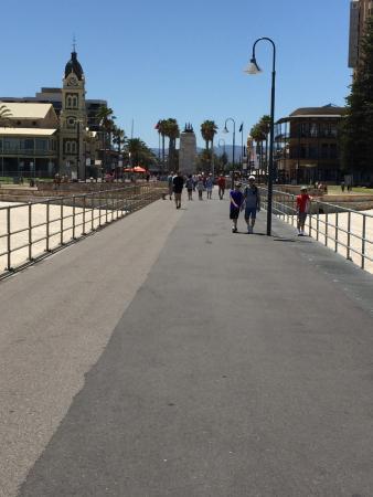 Glenelg, Australien: Looking back from the pier